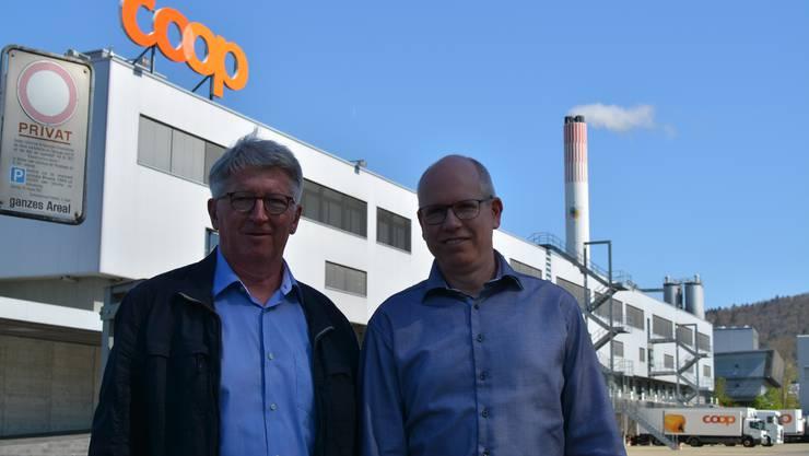 Limeco-Verwaltungsratspräsident Jean-Pierre Balbiani und Limeco-Geschäftsführer Patrik Feusi vor dem Coop-Areal in Dietikon, das die Limeco kaufen will. Im Hintergrund ist der Kamin der Limeco-Kehrichtverwtungsanlage zu sehen.