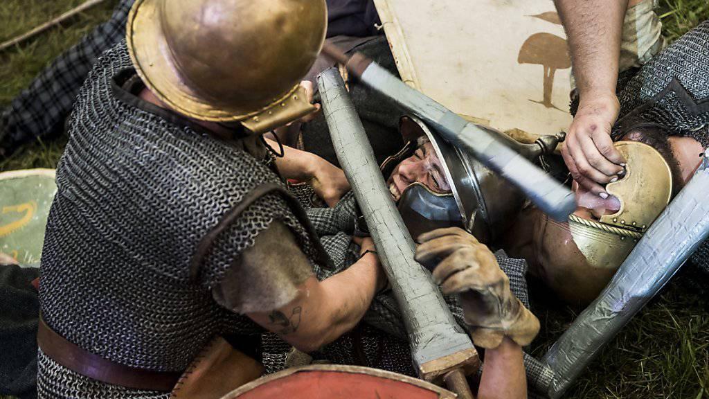 Männer stellen am Vully Celtic Festival Schlachten der Helvetier nach.