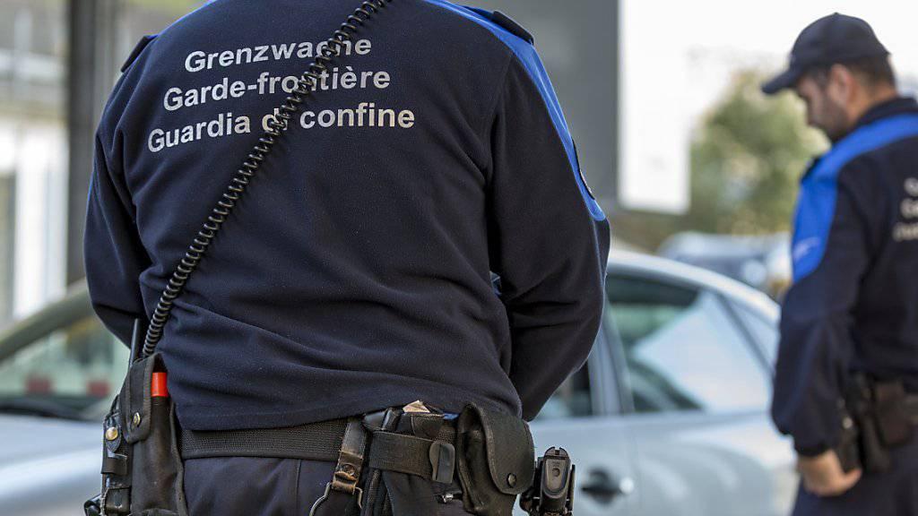 Ein Albaner und eine Griechin sind am Grenzübergang Thayngen (SH) mit vier Kilogramm Kokain - versteckt in der Stossstange - geschnappt worden. (Symbolbild)