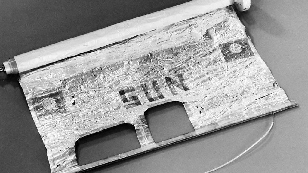 Der vom Berner Physikprofessor Johann Geiss entwickelte Vakuumzylinder, in dem sich ein Stueck Sonnensegel befindet.