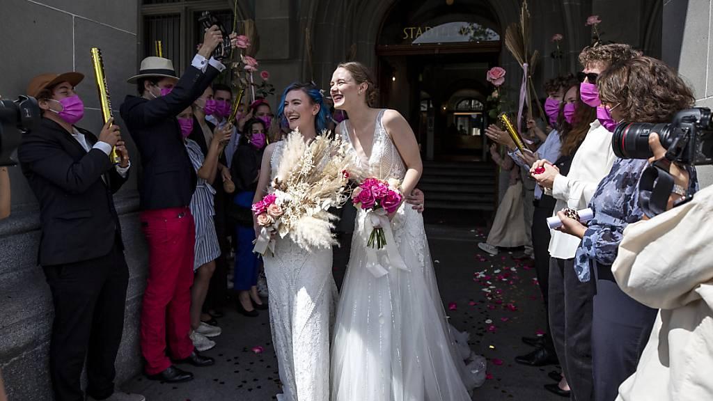 Die Szene ist gestellt, könnte aber schon bald Realität werden: Die «Ehe für alle» geniesst in einer Umfrage viel Sympathie. (Themenbild)