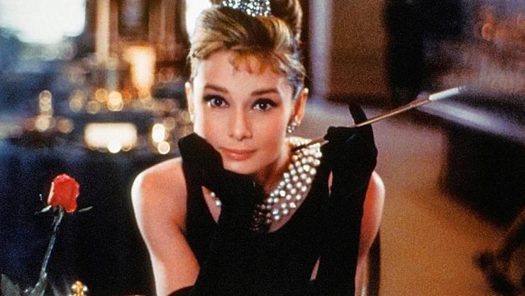 Audrey Hepburn musste   in «Breakfast at Tiffany's» (1961) noch kein Extra-Raucherlokal suchen. Cinetext Bildarchiv