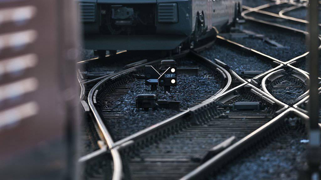 Entgleiste Rangierlok stört Bahnverkehr bei Düdingen FR