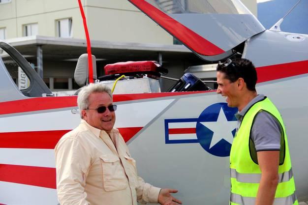 Pilot Marc Rollier aus Safnern, rechts, wird in Grenchen begrüsst