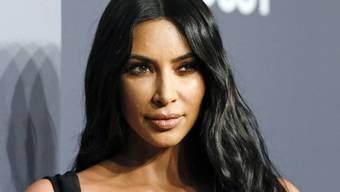 Kim Kardashian zeigt sich loyal gegenüber Paris Hilton. Weil Hilton sie entdeckt habe, würde sie alles für die Urenkelin des Hotelgründers tun. (Archivbild)