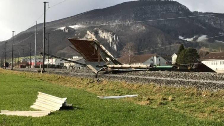 «Evi» bläst Hausdach auf Bahngleis