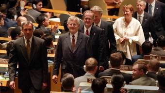 """""""Einmarsch"""" der Schweizer Delegation mit dem damaligen Bundespräsidenten Kaspar Villiger in der UNO-Generalversammlung am 10. September 2002. Vor 15 Jahren trat die Schweiz als 190. Mitglied den Vereinten Nationen bei. (Archivbild)"""