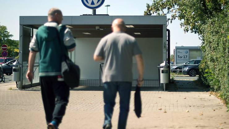 VW-Mitarbeiter vor Schichtbeginn in Wolfsburg: Rund 10'000 Angestellten am Hauptsitz droht wegen des Streits mit zwei Zulieferern Kurzarbeit. (Archiv)