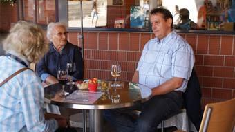 Gemeindepräsident André Bender diskutiert mit Besuchern. zim