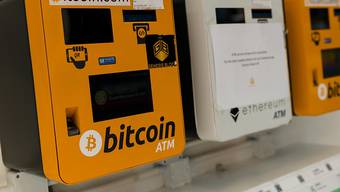 Die Kurse der Kryptowährungen werden von der Coronakrise nicht verschont - im Bild Verkaufsautomaten in Hongkong. (Archivbild).