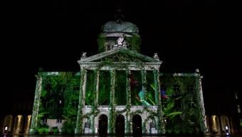 Buckelwal, Flutwelle, Eisbären und Plastikabfall: die Lichtinstallation am Bundeshaus in Bern.
