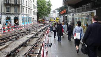 Flaschenhals: Vor dem Bistro Mandarin beim Bahnhof Stadelhofen stauten sich am Montag noch die Fussgänger, dann wurde der Durchgang verbreitert. Martin Reichlin