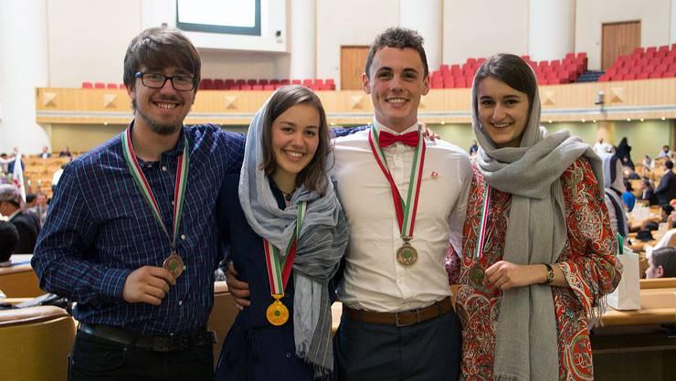 Der Limmattaler Maturand Henry Wetton und seine Kollegen Jana Meier, Florin Kalberer und Michelle Knecht (von links nach rechts) posieren mit ihren Medaillen.