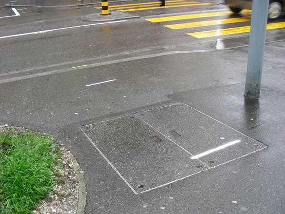 markierungen zeigen, wo die künftigen Fahrbahn- und Trottoirränder liegen könnten