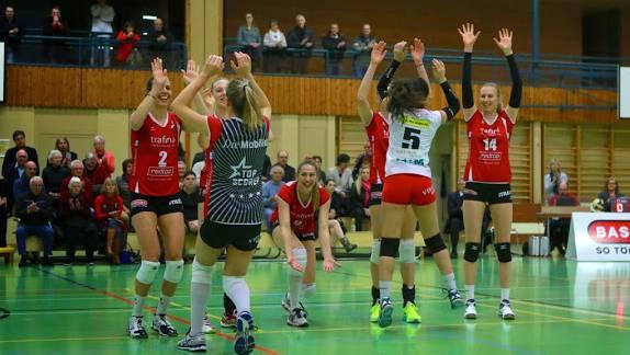 Die Spielerinnen von Sm'Aesch-Pfeffingen feiern den Sieg und träumen vom Playoff-Final.
