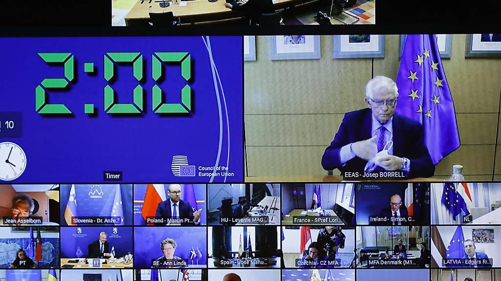 Ein Bildschirm im Gebäude des Europäischen Rates zeigt den Eu-Außenbeauftragten Josep Borrell (oben r), der während einer außerordentlichen Sitzung des Rates für Auswärtige Angelegenheiten per Videokonferenz zu den Außenministern und Vertretern der Europäischen Union spricht. Foto: Johanna Geron/Pool Reuters/AP/dpa