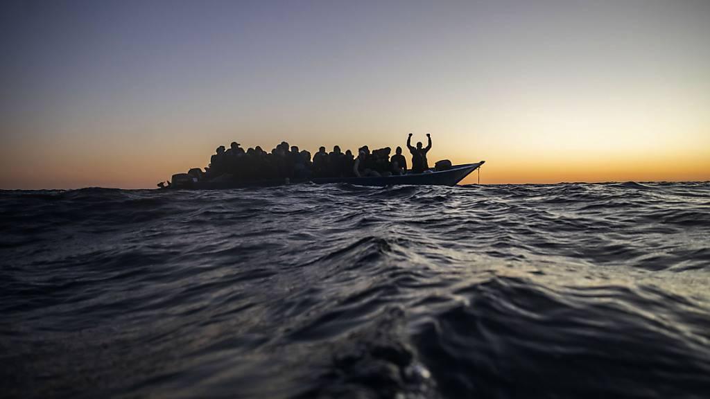 dpatopbilder - ARCHIV - Bei Überfahrten in Booten über das Mittelmeer sterben immer wieder Migranten. Foto: Bruno Thevenin/AP/dpa