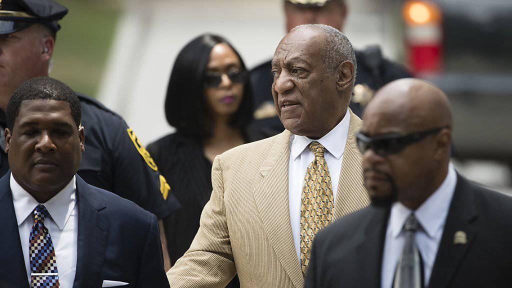 Der praktisch blinde Bill Cosby (M) lässt sich von einem seiner Anwälte in den Gerichtssaal führen. (Archivbild 7.7.)