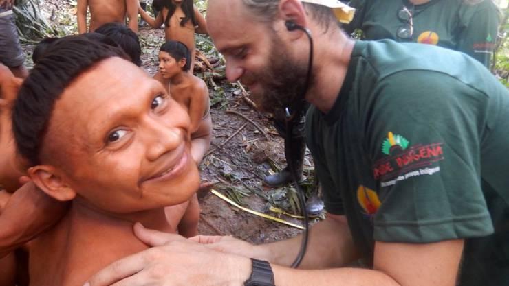 Die Angehörigen des bisher isoliert lebenden Volkes Korubo bei der ärztlichen Untersuchung im Dschungel von Brasilien. (Archivbild)