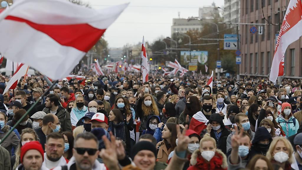 Teilnehmer der Demonstration in Minsk. Foto: -/AP/dpa