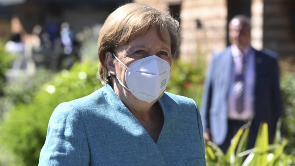 Angela Merkel, Bundeskanzlerin von Deutschland, trifft zu einer offiziellen Begrüßung während des G7-Gipfels ein. Foto: Leon Neal/getty pool/AP/dpa