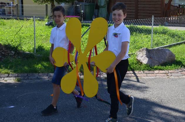 Die beiden führen den Jugendfestumzug mit der Festblume an.