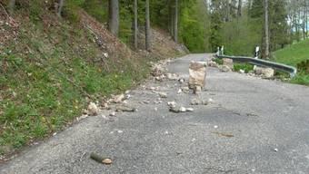 Scheltenstrasse von Stein- und Schneelawinen überschüttet