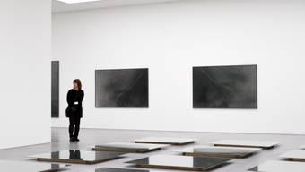 Riesige Spannweite des Hans Danuser im Bündner Kunstmuseum: Auf dem Boden liegend Abbilder von Schieferstein, an den Wänden hängend Hautausschnitte gewaltsam Verstorbener.