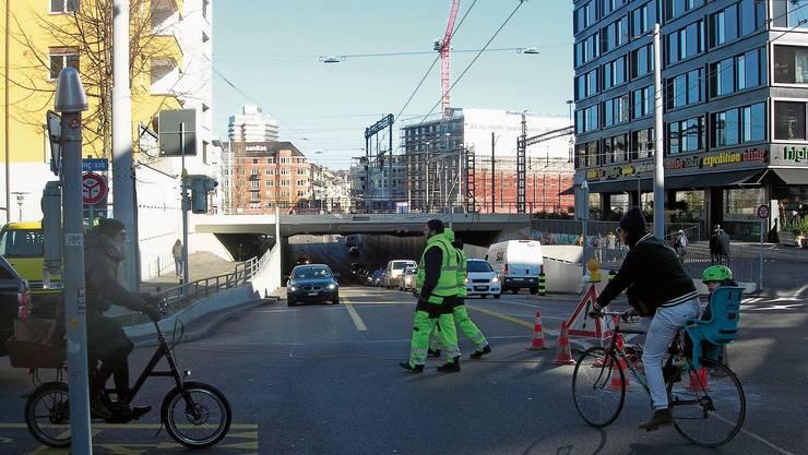 Die Busspur in der Mitte der Langstrassenunterführung soll zur zusätzlichen Velospur werden.