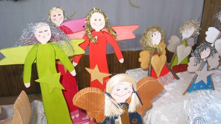 Nur einige der originellen Kunstwerke am Adventsmarkt: Engel aus Holz.