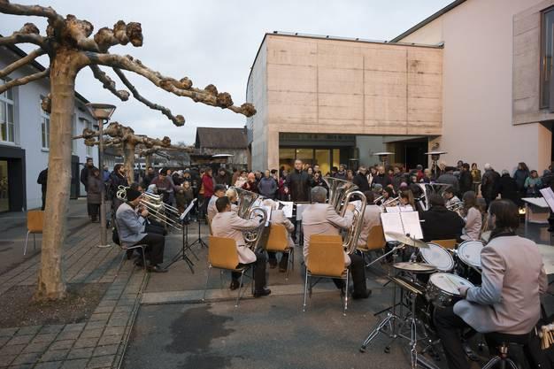 Die Brass Band Musikverein Birmenstorf spielt am Neujahrsapéro Birmenstorf auf dem Schulhausplatz.