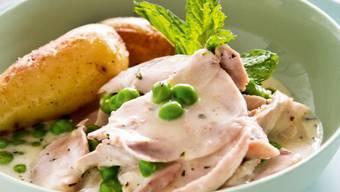 Weisses Pouletragout mit Erbsen, Zitrone und Minze: So wird aus dem aromatischen Sud eine erfrischende Sauce.