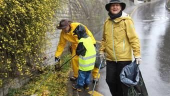Monika Widmer mit Tobias und Pascal Ramseier (v. r.) am Clean-up-Day.