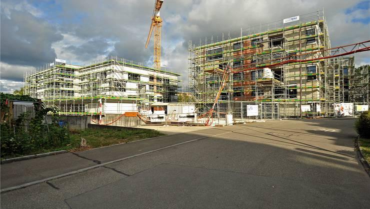 Imposante Baustelle in Suhr: In der Zopfmatte baut die Genossenschaft «Lebensuhr» 54 altersgerechte Wohnungen.