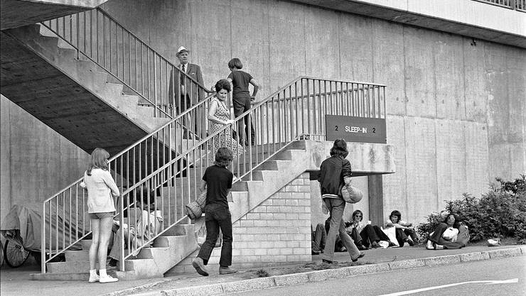 1972 werden die Jugendlichen vor dem «Sleep-In II» an der Elisabethenschanze kritisch beobachtet.