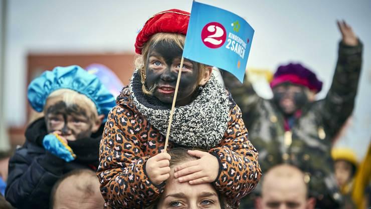 Ist das Rassismus? In Holland wird jedes Jahr die «Zwarte Piet»-Tradition gefeiert, bei der sich Weisse mit schwarzer Gesichtsfarbe als Helfer des Nikolaus verkleiden.