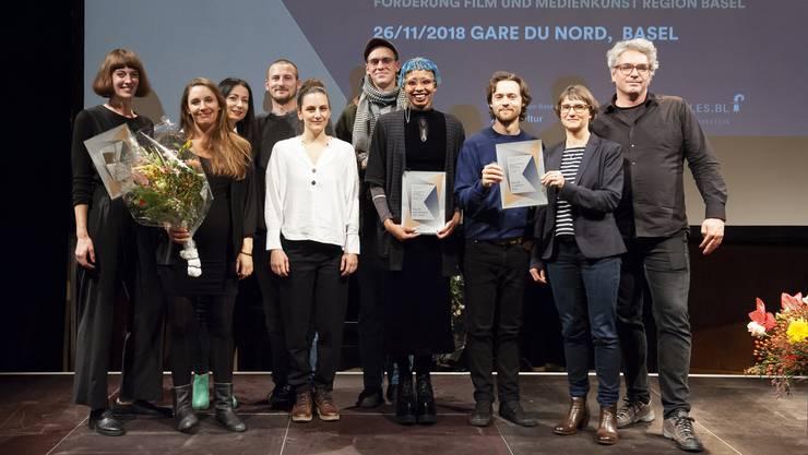 Freude in den Gesichtern: Das sind die Gewinnerinnen und Gewinner der diesjährigen Basler Film- und Medienkunstpreise.