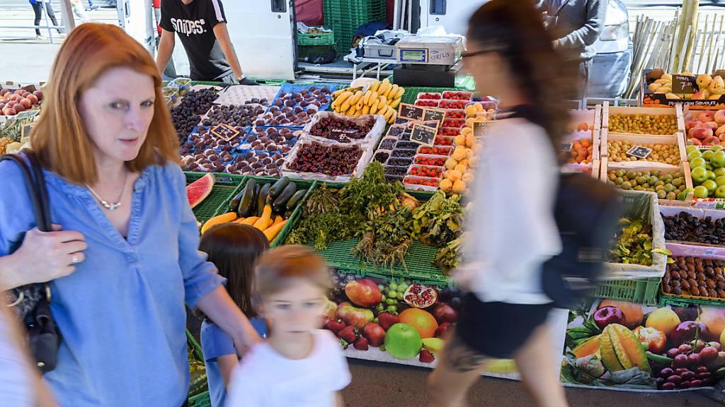 Die Westschweizer Bauerngewerkschaft Uniterre findet, man könnte Gemüsemärkte mit geeigneten Massnahmen weiterhin offenhalten. (Archivbild)