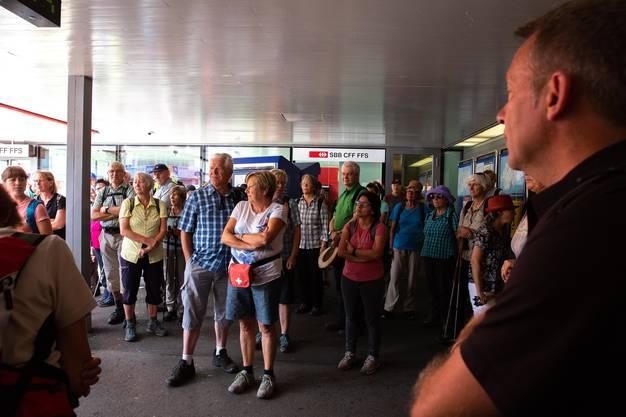 77 Wanderer liefen auf der 14. Etappe auf einer Abendwanderung von Moutier nach Crémines.