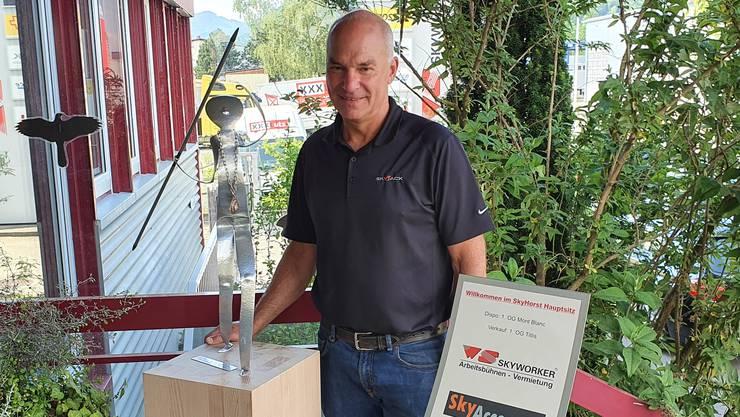 Martin Vögtli, kantonaler Rekordhalter im Speerwerfen, nimmt die Sponsorenskulptur vom TV Grenchen in Empfang.