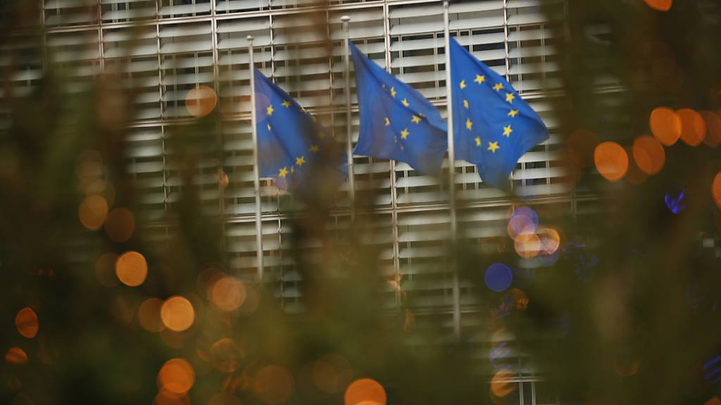 Drei Fahnen in den Farben der EU-Flagge flattern im EU-Hauptquartier im Wind. Foto: Francisco Seco/AP/dpa
