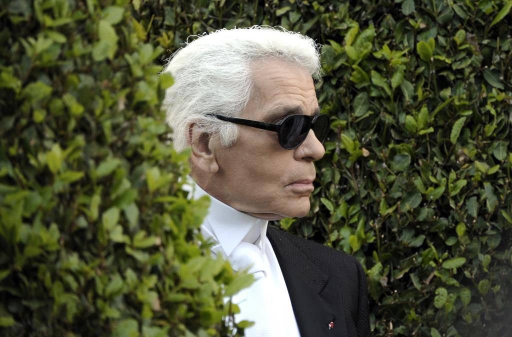 Karl Lagerfelds Markenzeichen waren eine schwarze Brille.... (© Keystone)