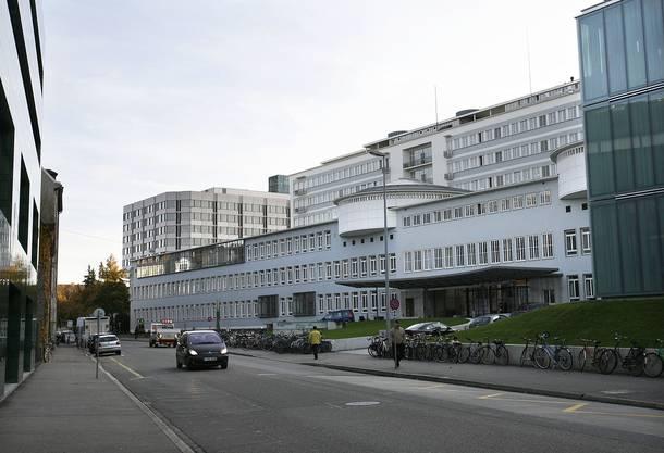 Im Basler Unispital werden pro Tag bei zwischen 50 und 100 Patienten eine Befragung und ein Abstrich durchgeführt.