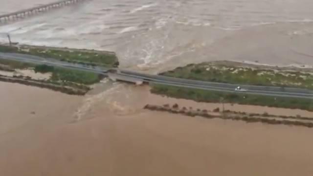 Eingestürzte Brücke nach Hochwasser