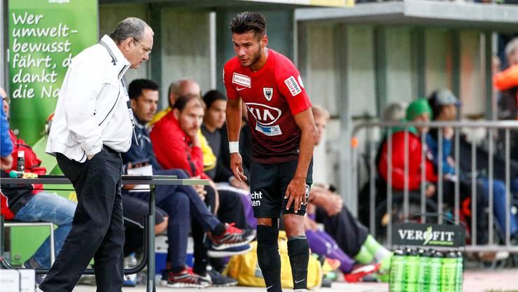Der Blick von Miguel Peralta spricht Bände: Der FCA-Verteidiger hält sich das lädierte linke Knie, von links nähert sich Klubarzt Dr. Peter Wartmann. Freshfocus