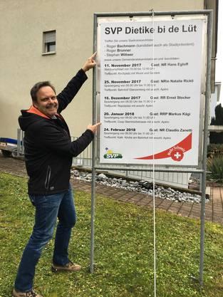 Rochus Burtscher zeigt auf die Anlässe und wie man sieht, ist es KEIN Wahlplakat.