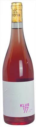 Klus 177 – Le Rosé 2018 AOC Basel-Landschaft, Pinot Noir, Galotta, Mara, 13,5 Vol.-%. 16 Fr.- Diese Assemblage aus 50 Prozent Pinot Noir und je 25 Prozent Galotta und Mara wächst auf biodynamisch bewirtschafteten Rebbergen. Der Wein duftet, wie er aussieht – nach Erdbeeren und anderen roten Beeren, eine herb-frische Kräuterwürzigkeit rundet das Spektrum ab. Leicht reduktive Noten zeugen vom Ausbau auf der Feinhefe (zu einem Drittel im Barrique). Im Auftakt ist er spritzig, danach rund und rotfruchtig mit schöner Balance zwischen dezenter Restsüsse und vitaler Säure. Bis ins Finish hinein sorgt eine frische Amertume für eine schöne Struktur. www.klus177.ch Bild: Joël Gernet