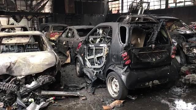 Dort stehen dutzende abgebrannte Autos.
