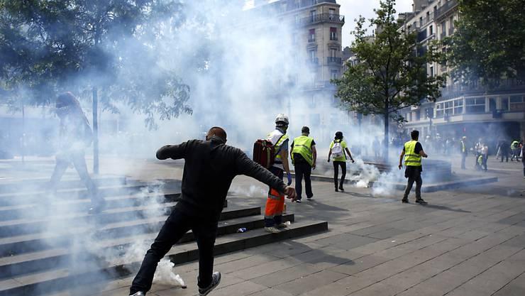 """""""Gelbwesten"""" und Sicherheitskräfte geraten auf der Pariser Place de la République aneinander."""