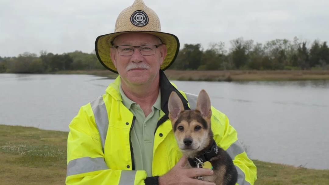 """Happy End für geretteten Hundewelpen: Feuerwehrmann gibt """"Rocky"""" neues Zuhause"""